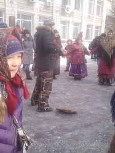 Jugar al reloj con el zapato típico ruso